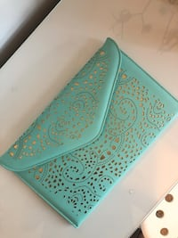 Green vegan leather envelope clutch with gold details Montréal, H4G 2Z2