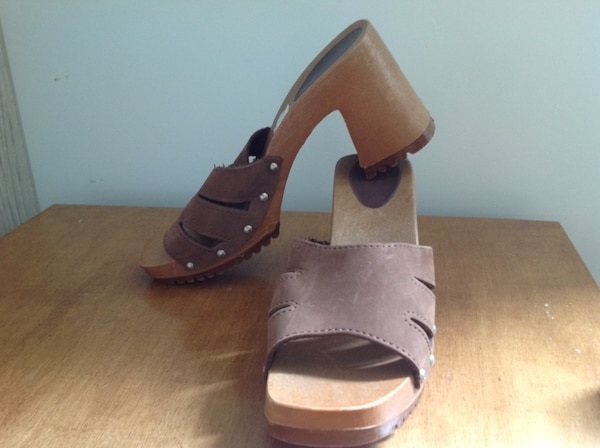 37b63b708dbf Used Pair of brown leather peep-toe chunky heel sandals for sale in Les  Coteaux - letgo