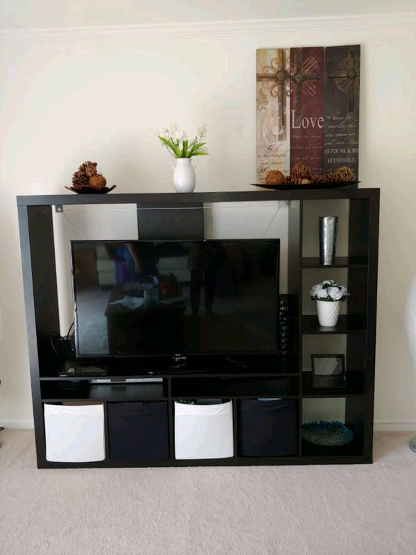 Tv stand 2a171ab5-a9dc-4bf2-8996-a03e370853c9