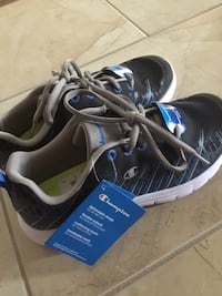Boys running shoes size 4 Mississauga, L4Y