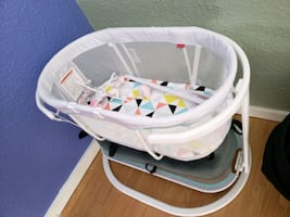 Best condition Fisher price soothing motion bassinet