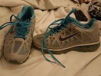 pair of gray Nike basketball shoes Gurley, 35748
