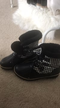 Size 9 snow boots  Odenton, 21113