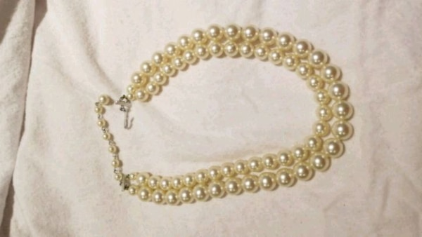 gold-colored and white pearl necklace