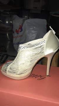 Pair of white leather peep-toe pumps Miami, 33127