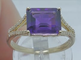 14kt yellow gold ring size 8; 3.6 grams w emerald cut amethyst;32 round diamonds. pre owned. very good condition. with 0.15pts ( 32 small round diamonds) .855430-1.