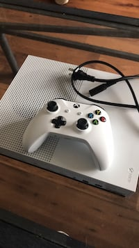 white Xbox One console with controller Paris, 40361