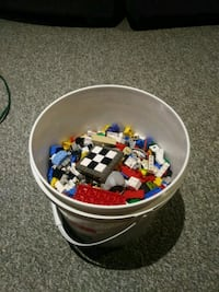 Small bin of lego with 20+ minifigures Pickering, L1V 6K7