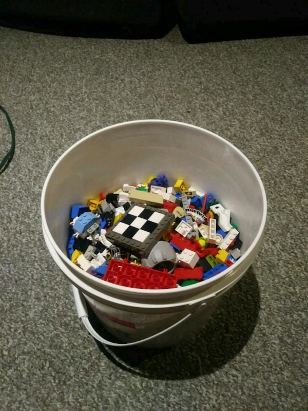 Small bin of lego with 20+ minifigures