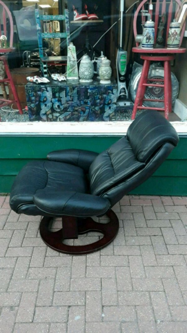 black leather padded rolling chair 3bc38b67-075a-40b4-9f49-e6dbc693ff6d