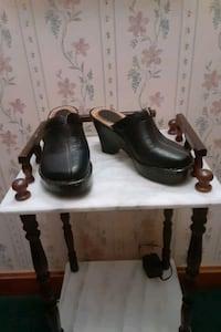 BORN DK BROWN LEATHER CLOGS