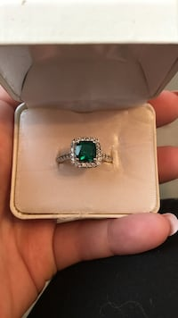 Ring with emerald stone