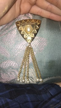 Gold pin with pearls