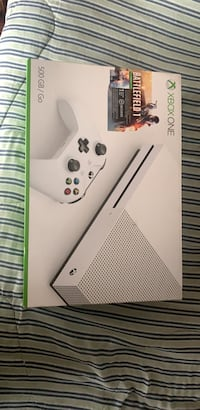 white Xbox One console with controller Toronto, M5S 3G3