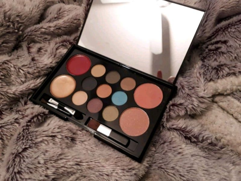 MakeOver Essentials cosmetic pallette 0
