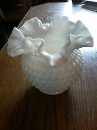 Milk glass vase Bracebridge, P1L 1X1