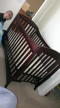 Crib/toddler bed with mattress and sheets