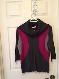 black and red V-neck long-sleeved shirt Laval, H7X 4G4