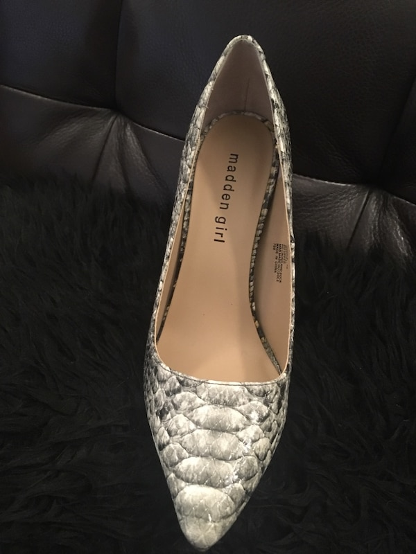 Unpaired gray and white snake-skin heeled shoe 39ea6fd3-70ca-4ce5-9dc3-47a3b56a6c46