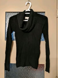 black scoop-neck long-sleeved sweater size small Calgary, T2E 0B4