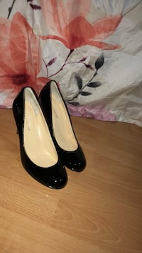 pair of black patent leather heeled shoes New York, 11373