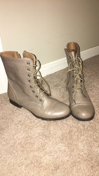 Size 8 combat boots  Omaha, 68134