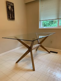 Glass kitchen table. Excellent condition.
