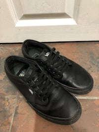 Pair of black low top sneakers Woodbridge, 22191