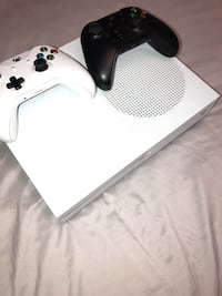 Xbox one slim 500gb + 2 controllers + charge station Painesville, 44077