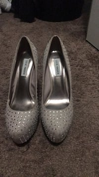 pair of gray leather pointed-toe heels Lancaster, 93534