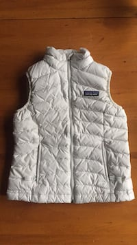 Girls white Patagonia vest (size 5-6) lightly used