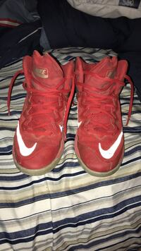Red and black nike shoes size 5 San Angelo, 76905