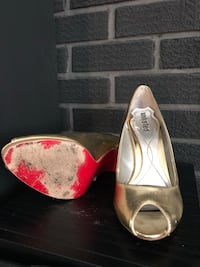 Pair of gold leather pumps unlisted 3727 km
