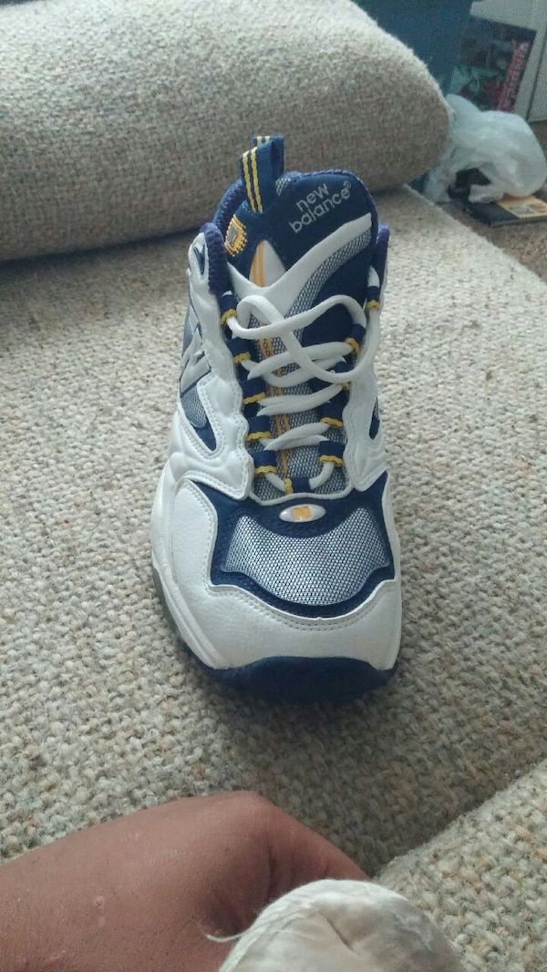 638ee6f1e1ec Used unpaired of white and blue New Balance shoes for sale in ...