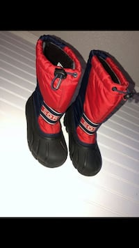 Pair of red-and-black fox snow boots 1459 mi
