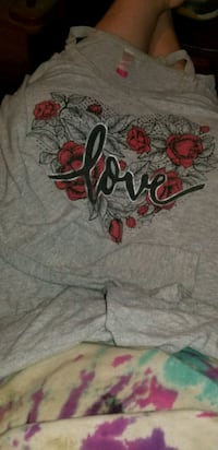gray and red floral crew-neck shirt Middletown, 22645