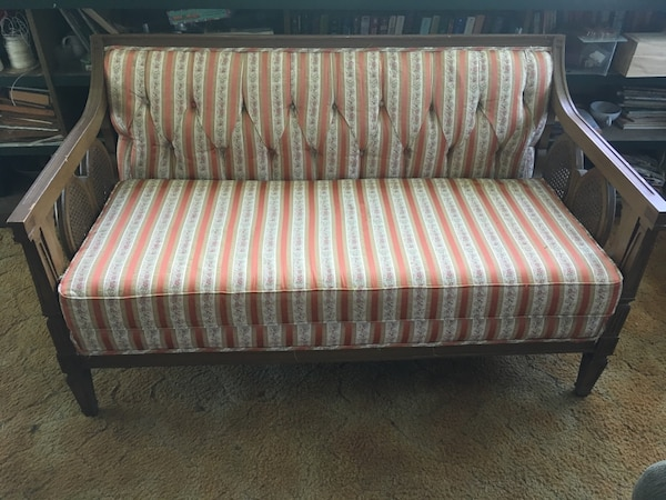 Couch / vintage settee b5bf811d-8438-4315-bcad-c52aa0a0d625