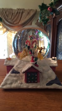 Snow globe, Walt Disney , Mickey Mouse, Goofy, Donald Duck and friends. Also a music box , Wish You A Merry Christmas . Springfield, 22153