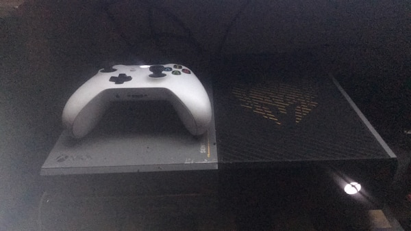 Advanced warfare xbox one console with white controller and tons of games  and account with gold