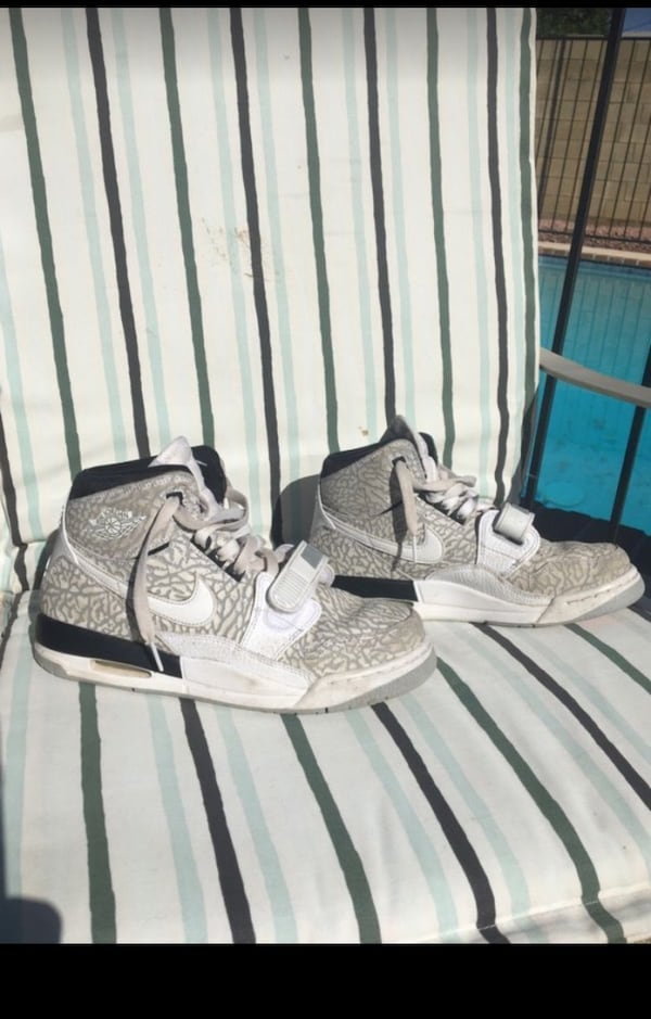 Jordans size 6 pretty good condition bf933a7a-08bf-43d6-b5e1-81ffcb6b45da