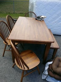 table 4 chairs and bench like new barely used Hendersonville, 37075