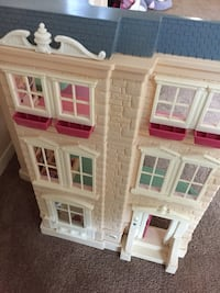 White and pink dollhouse