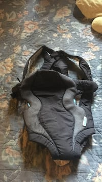 baby's black and gray carrier
