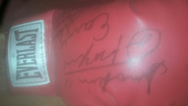 9a023c3e24c64 Used unpaired red signed Everlast boxing glove for sale in Antioch ...