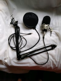 Pro recording microphone w/cord and adjustable clamp on stand Miami, 33135