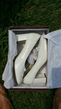 pair of white leather pumps Walkersville, 21793