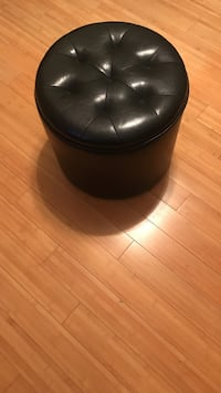 Tufted round leather ottoman