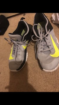 Nike Volleyball Shoes sz8.5 1213 mi