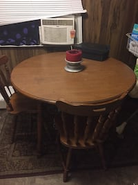 Round oak dining table with 2 chairs Shreveport, 71118