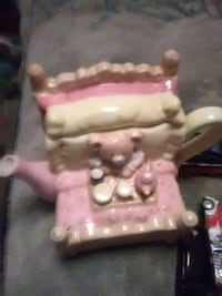 Litte tea pot like new no chip or crake Hagerstown
